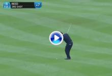 El Golf es duro: Un tirazo de Patrick Reed se va al agua tras pegar en el palo de la bandera (VÍDEO)