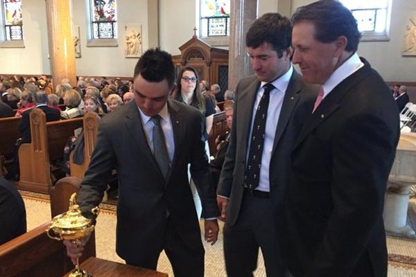 Rickie Fowler, Bubba watson y Phil Mickelson en el funeral de Arnold Palmer y la copa Ryder. Foto @darrenrovell