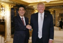 El japonés Shinzo Abe da la bienvenida a Donald Trump a la Casa Blanca con un driver de 3.755$