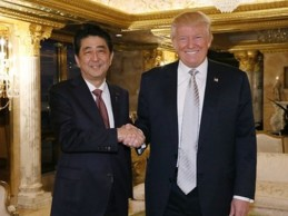 Trump y Abe se citan en EE.UU. para tratar sus relaciones… ¡sobre el campo compartiendo equipo!