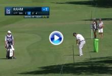 Ni el fuerte viento impidió este golpazo de Jon Rahm desde el rough. Dejó la bola dada (VÍDEO)