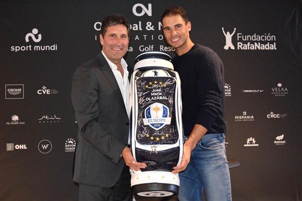 José María Olazábal y Rafa Nadal con la bolsa del Milagro de Medinah. Foto Luis Corralo