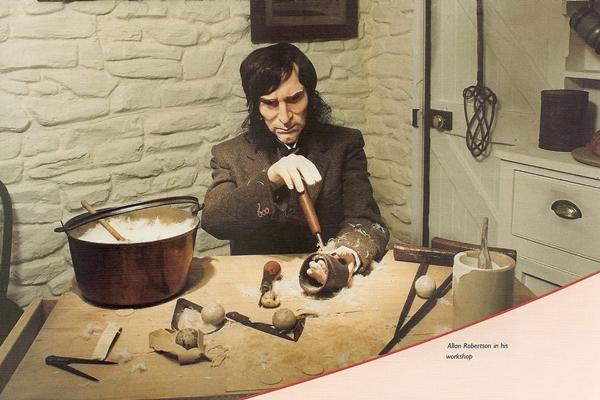"""Recreación del profesional y Ballmaker Alan Robertson en su taller fabricando las bolas de cuero y plumas """"feathery""""[British Golf Museum]"""