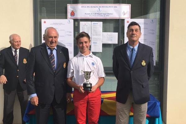 Tomy Artigas con su trofeo