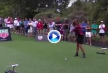 Una medallista olímpica estrella la pelota en la espinilla de un cámara tras un mal golpe (VÍDEO)