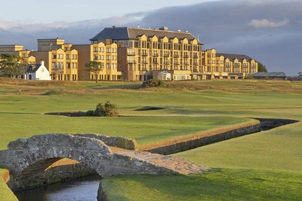 El icónico establecimiento del complejo escocés lavara su imagen para protegerse de las bolas. Foto: LuxuryScotland