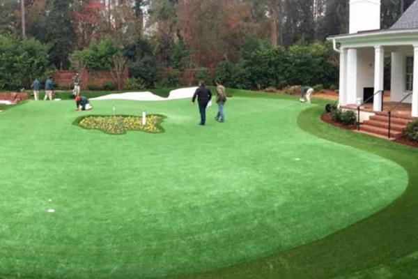 El ex golfista Dave Stockton diseña un putting green con el logo del Masters en su casa de Augusta