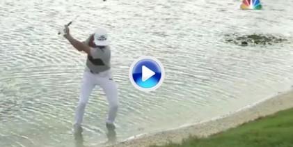 Rickie puso a remojo sus pies, incluidos los zapatos, para jugar una bola desde dentro del agua (VÍDEO)