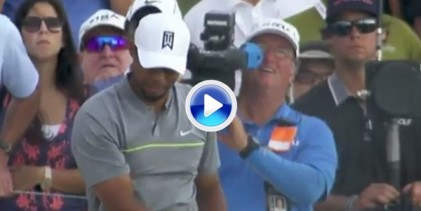 El Golf es duro: Woods se fue al agua en el 18 desde la arena para anotarse otro doblebogey (VÍDEO)