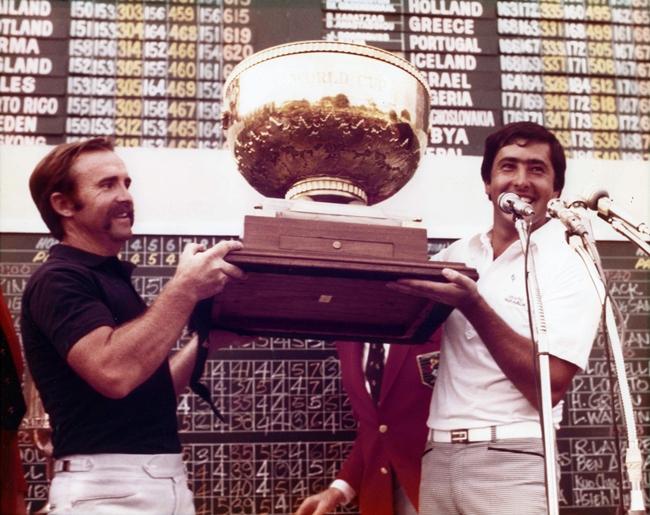 1977. Antonio Garrido y Seve Ballesteros levantan por segunda vez para España la Copa del Mundo en Manila.