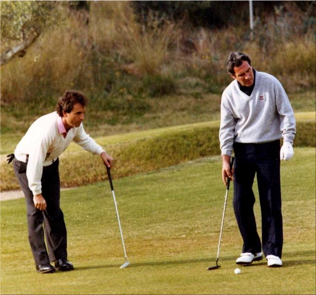 José Rivero y José María eanalizando la caída del putt, durante la Copa del Mundo de 1984 celebrada en Roma