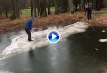 ¡Olé y Olé! La bola se juega donde reposa aunque sea en un islote de hielo dentro de un lago (VÍDEO)