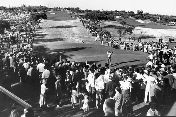Espectadores de unos de los partidos de la Copa del Mundo de Golf celebrada en Madrid en 1965
