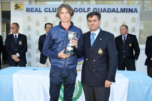 Marcus Svensson, campeón de la Copa de Andalucía Masculina 2017 junto al Presidente de la RFGA, Pablo Mansilla