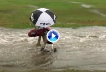 ¡Mucha precaución! Este golfista se hizo el valiente y al cruzar la ría le arrastró la corriente (VÍDEO)