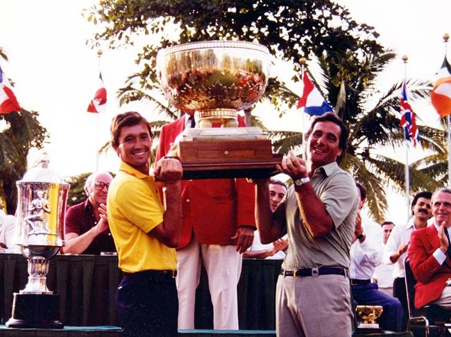 Manolo Piñero y José María Cañizares levantando la Copa del Mundo en Acapulco en 1982