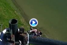 Este cámara se jugó el físico para impedir que la visera de Mickelson cayese al agua (VÍDEO)