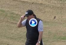 Y nos lo queríamos perder, Mickelson volvió a sacar su magia en este golpe desde la arena (VÍDEO)