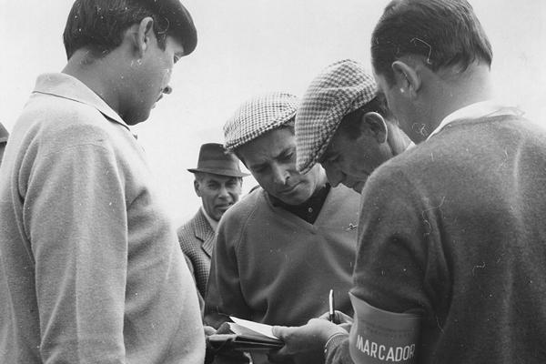 Los representantes españoles Ramón Sota y Ángel Miguel revisando las tarjetas