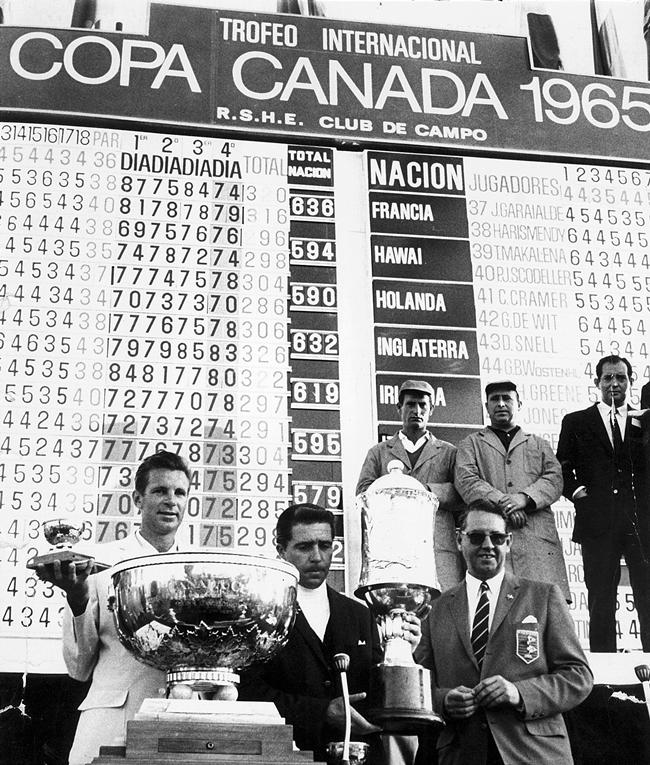 Los sudafricanos Harold Henning y Gary Player recogiendo los trofeos que los acreditaban como vencedores de la Canada Cup