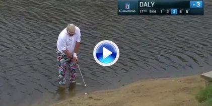 John Daly no se lo pensó mucho. Con su bola en el agua, se metió con ropa, calzado y disparó (VÍDEO)