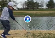 ¿Quién teme al agua con ese swing? Este niño de 5 años no tuvo ningún problema ni presión (VÍDEO)