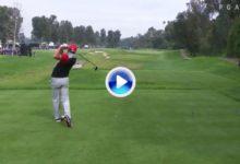 El Golf es duro: Sergio García falla el driver desde el tee y un cámara se lleva el bolazo y el susto (VÍDEO)