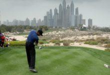 """El cuento de nunca acabar: Tiger se retira en Dubái por """"problemas"""" en su espalda tras firmar 77"""