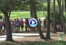 Como en el jardín de casa: Bryan burló los árboles y dejó la bola en green con este golpazo (VÍDEO)