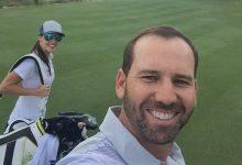 A quién madruga… Sergio ya prepara el WGC Match Play con su novia Ángela de caddie