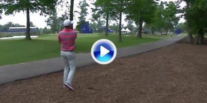 El Golf es duro: Rose no encontró el hueco entre los árboles y la bola casi le impacta en la cara (VÍDEO)