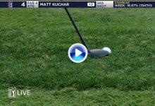 ¡La imaginación al poder! Matt Kuchar anotó birdie chipeando desde el rough con un híbrido (VÍDEO)