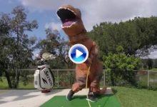 Descubran a Ralph, el dinosaurio que realiza Trick Shots mientras aprende a jugar (VÍDEO)