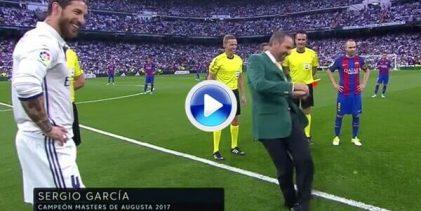 Sergio García homenajeado en el Bernabéu. Hizo el saque de honor en 'El Clásico' Madrid-Barça (VÍDEO)