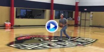 Kaufman se divierte en la cancha de entrenamiento de los Pelicans y enchufa esta mandarina (VÍDEO)