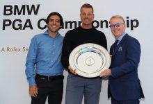 Stenson recogió el Premio Seve Ballesteros de la mano de Pelley y de Javier, hijo mayor del cántabro