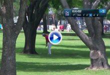 Para abrir boca, birdie en el uno: Jon Rahm se saca de la manga un tirazo de entre los árboles ( VÍDEO)