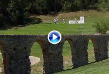 ¡El puente juega! Rock consiguió uno de los eagles más extraños de la historia en Portugal (VÍDEO)