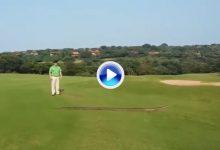 Una espectacular serpiente se paseó a sus anchas por un campo de golf de Sudáfrica (VÍDEO)