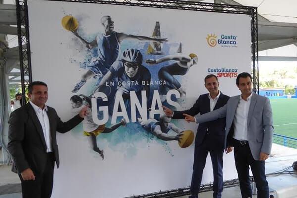 El presidente de la Diputación de Alicante, César Sánchez, y el diputado de Promoción Turística, Eduardo Dolón, presentaron junto al alcalde de La Nucía la nueva guía guía para potenciar el turismo deportivo