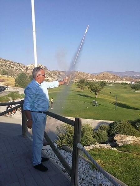 Alberto Iglesias en el momento de disparar el cohete que avisa a los jugadores del comienzo de la competición