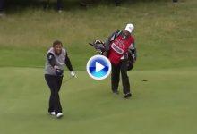 ¡Beeeeef! Extraordinario birdie rodado del jugador inglés, que se lo acabó dedicando al público (VÍDEO)