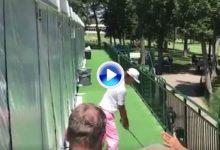 ¿Dropar? ¡Nunca! Kraft jugó la bola desde el pasillo de una de las carpas situadas en el campo (VÍDEO)