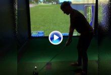 ¡In the middle! Este golfista recibió un golpe muy doloroso jugando en un simulador (VÍDEO)