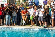 ¡Un chapuzón más que merecido! Azahara se tiró a la piscina para celebrar su triunfo en casa
