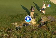 Un cámara de la NBC esquivó la bola de Leishman después de que el aussie fallara el golpe (VÍDEO)