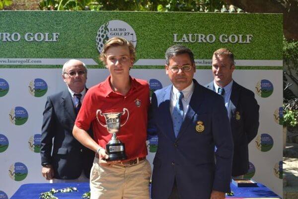 Luis Montojo recibiendo el trofeo de manos de Pablo Mansilla, presidente de la RFAG
