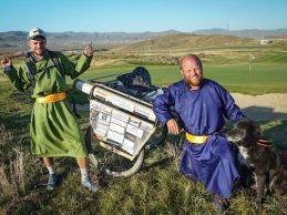 Un jugador de rugby recorrió Mongolia jugando el hoyo más largo de la historia por una buena causa