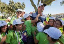Los alumnos de Brea de Tajo conocen a sus héroes, Sergio García y Jon Rahm, en el Andalucía Masters