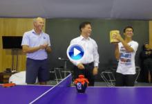 """Matt Kuchar, """"el rey del ping pong"""", sucumbió ante el chino """"Marty"""" Dou en un original duelo (VÍDEO)"""